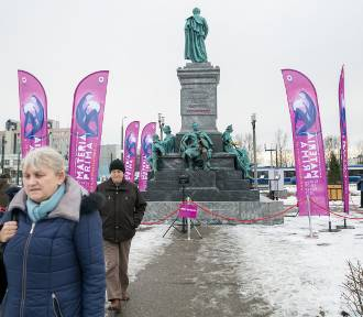 """Pomnik """"Adasia"""" na Placu Centralnym w Krakowie"""