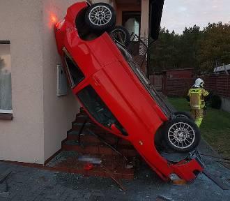 Wypadek w Chałupach. Samochód uderzył w budynek [zdjęcia]
