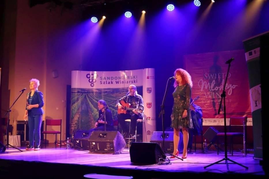Święto Młodego Wina w Sandomierzu. Czerwony Tulipan na scenie Domu Katolickiego [ZDJĘCIA]