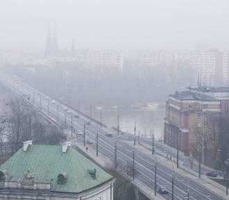 Smog w Warszawie. Tragiczna sytuacja, miasto ostrzega, fotografie ukazują pył [ZDJĘCIA]