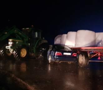 Wypadek w Dziesławicach. Auto zderzyło się z ciągnikiem rolniczym