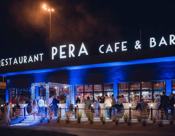 Życie toczy się nie tylko w centrum Warszawy. Czasami warto wybrać się na obrzeża, a dojazd bezpośrednim tramwajem ze Śródmieścia nie powinien być dla nikogo wyzwaniem. Na Alei Krakowskiej 248 wyrosło modne miejsce, w którym skosztujecie wykwintnych dań w przepięknej scenerii. Jesteśmy pewni, że wkrótce ta restauracja będzie jednym z bardziej popularnych miejsc w tej części Warszawy!