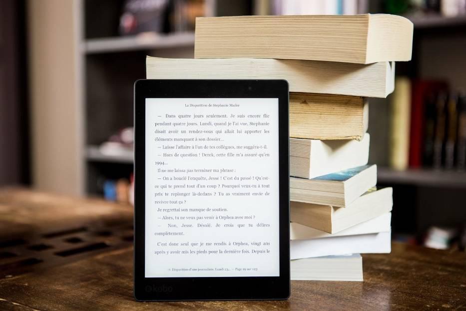 Co czytamy najchętniej podczas ogólnokrajowej kwarantanny? Jakie książki cieszą się największym zainteresowaniem w sytuacji wciąż rosnącego zagrożenia epidemią? Czy książki drukowane ustępują e-bookom? Jedno jest pewne – dane opublikowane przez Empik jednoznacznie pokazują, że Polacy zostali w domu i chętnie czytają literaturę
