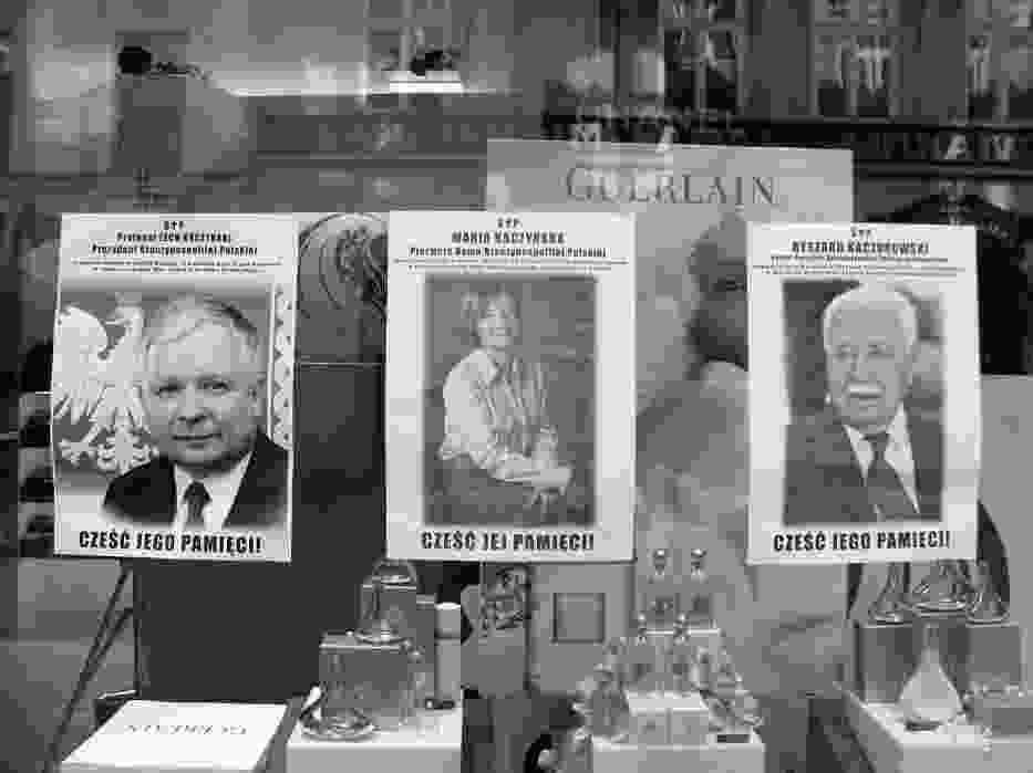 8:21 - Większość sklepów w centrum Krakowa została zamknięta, a na ich witrynach pojawiły się zdjęcia ofiar katastrofy w Smoleńsku