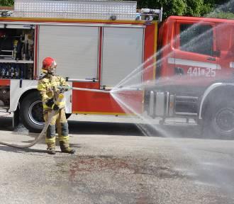 Strażacy dostali lance gaśnicze w prezencie od miejskiej spółki