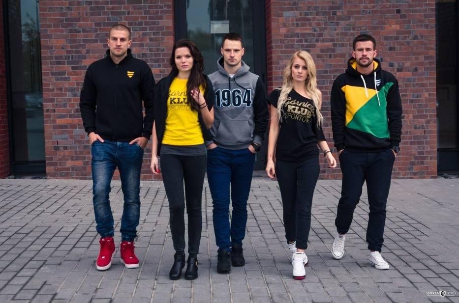 Modelki i piłkarze reklamują kolekcję ubrań GKS Katowice