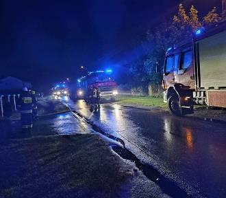 Nocny pożar w Pratkowie w gminie Zduńska Wola. Straż gasiła poddasze domu