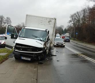 Kraków. Wypadek na ul. Zawiłej. Uwaga, drogi są śliskie