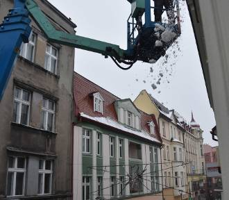 Odśnieżają dachy kamienic na deptaku w Rybniku [ZDJĘCIA]