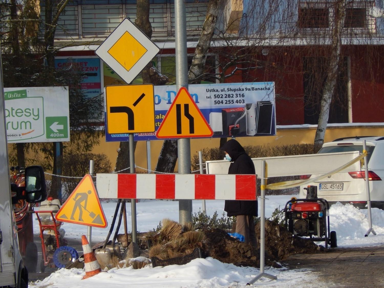 Usuwanie awarii rury ciepłowniczej na placu Dąbrowskiego w Ustce