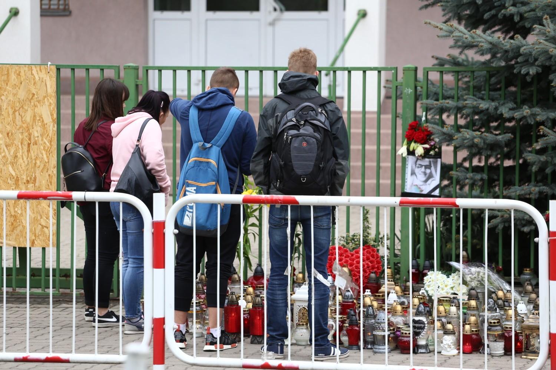 Tragedia w szkole podstawowej Wawer. Uczniowie żegnają zmarłego kolegę [ZDJĘCIA]