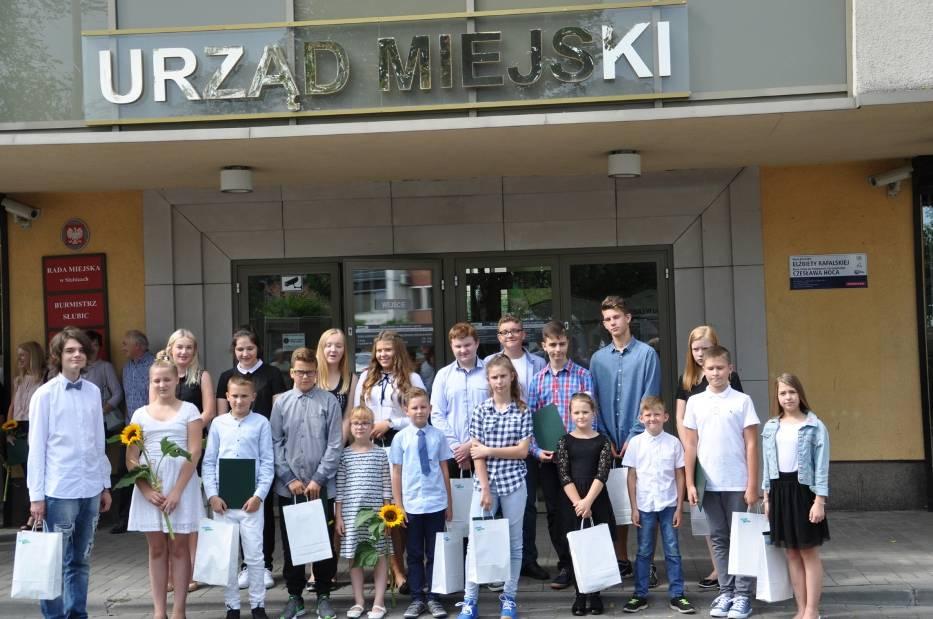 Wspólne zdjęcie zdolnych uczniów z gminy Słubice
