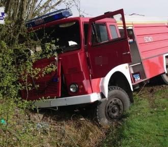 Ryki. Wóz strażacki wjechał do rowu