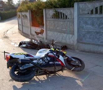 Wypadek w Bronowie. Pijany 29-latek uderzył motocyklem w płot. Mężczyzna nie miał uprawnień do