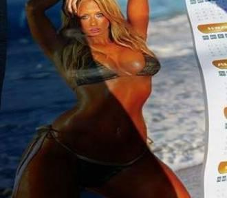 Uczniowie w nagrodę otrzymali kalendarze z... modelkami w bikini [ZDJĘCIA]