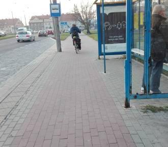 Żeby wejść do autobusu MZK na ul. Okulickiego, trzeba przejść przez ścieżkę rowerową