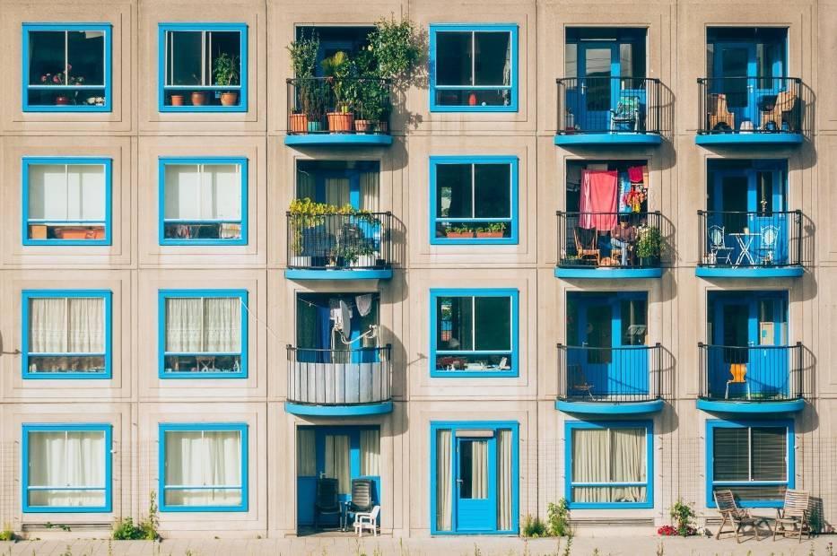 Doniczki, skrzynki, grządki, owoce, warzywa i zioła – wszystko to możesz zmieścić na balkonie w miejskiej dżungli