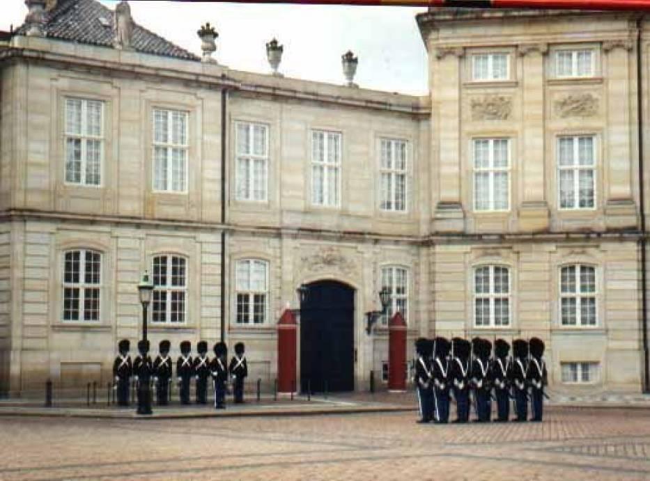 Zmiana warty przed pałacem Amalienborg