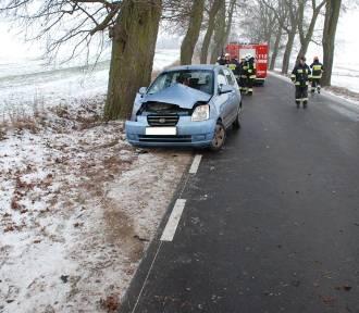 Sobowidz: Samochód uderzył w drzewo. 23-latka w szpitalu