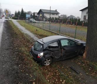 Bielany. DW 948. Samochód osobowy uderzył w drzewo