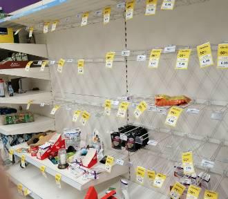 Coraz mniej produktów w Tesco. Ludzie rzucili się na wyprzedaże [FOTO]