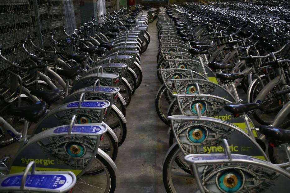 """Gigantyczny parking Veturilo. W tym miejscu rowery """"zimują"""" i czekają na rozpoczęcie sezonu [ZDJĘCIA]"""