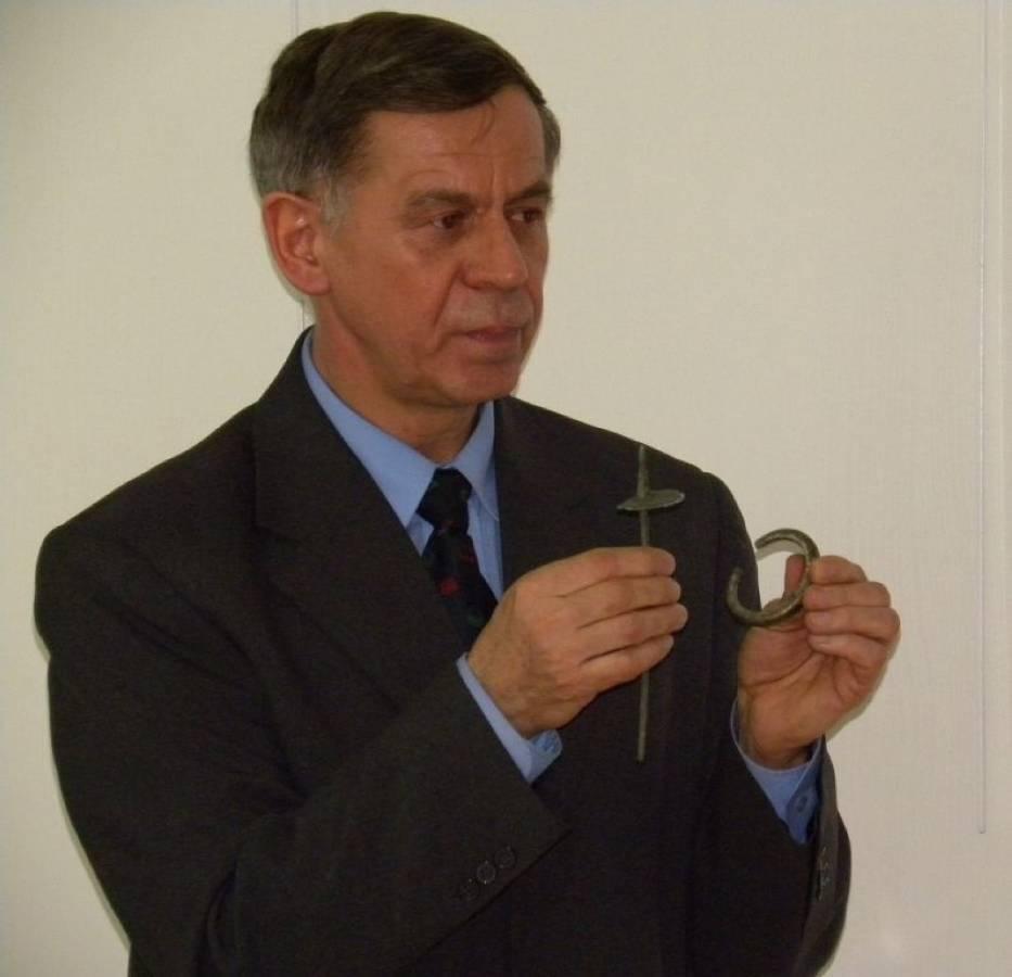 Marian Pawliński prezentujący wyroby z brązu odkryte podczas wykopalisk w Krzanowicach