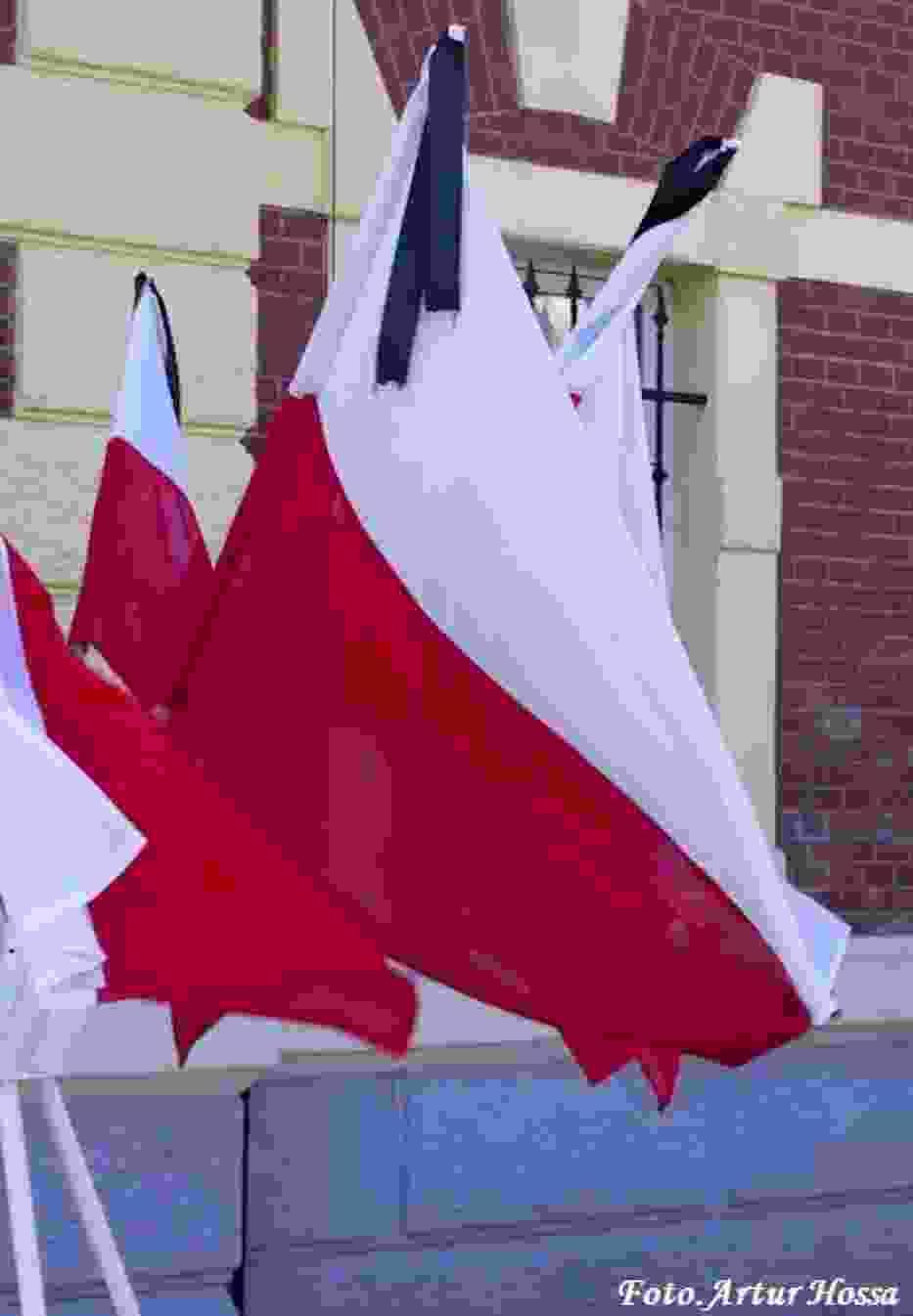 Flaga Państwowa przywiązana kirem
