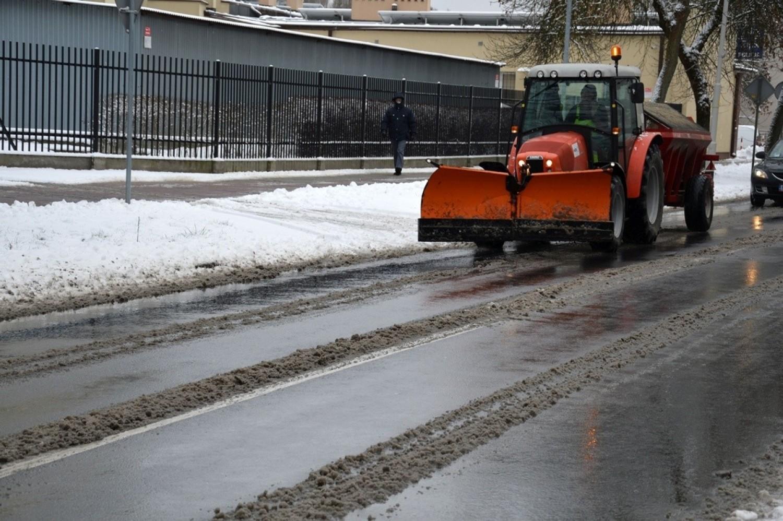 Piękna zima w Stalowej Woli. Dla dzieci uciecha, dla drogowców ciężka praca [ZDJĘCIA]