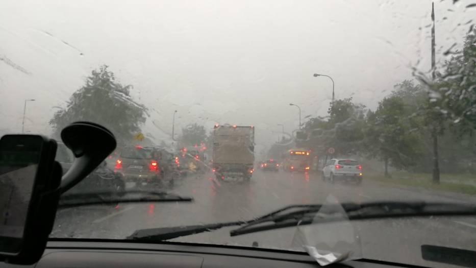 Intensywne opady deszczu i silny wiatr. Tak będzie dziś przez cały dzień