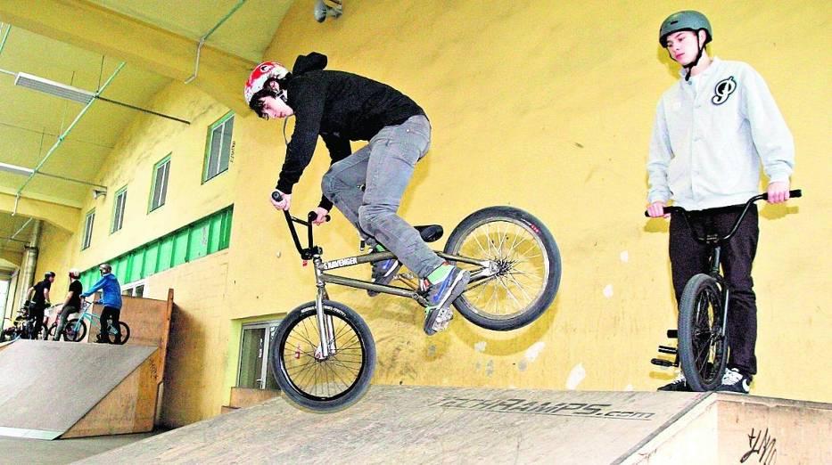 Maciej Paska (z lewej) uczy się nowych trików na BMX-ie w skateparku Zajezdnia 31
