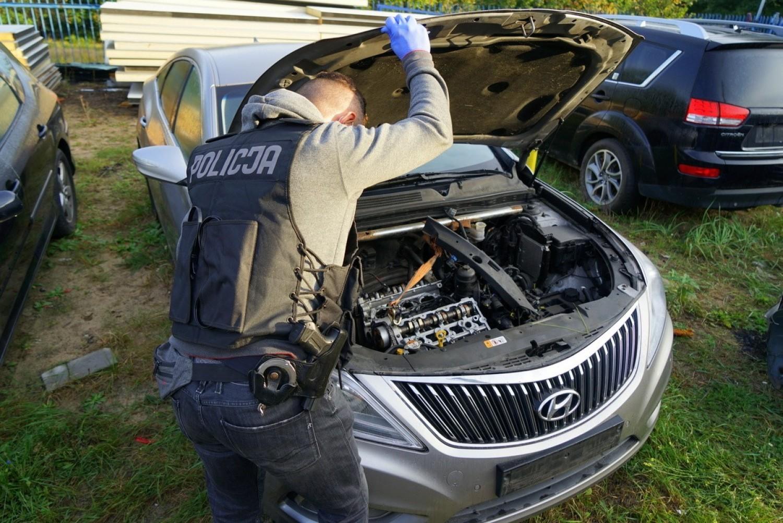 Funkcjonariusze z Wydziału do walki z Przestępczością Gospodarczą Komendy Wojewódzkiej Policji w Bydgoszczy zatrzymali kilkanaście osób do spraw oszustw związanych z obrotem samochodami