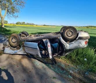 Gm. Malbork. Dachowanie auta, którym jechały cztery osoby [ZDJĘCIA]. Dwie z nich trafiły do szpitali