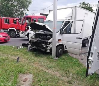 Wypadek w Tychach. Mercedes nie ustąpił pierwszeństwa, małżeństwo w szpitalu [ZDJĘCIA]