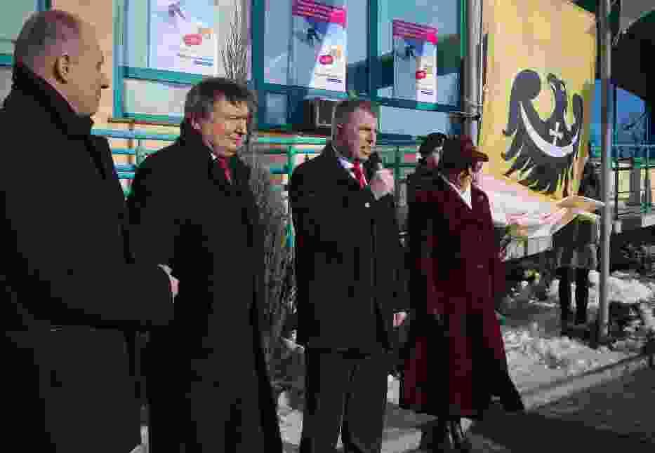Przemawia Marszałek, w tle nowa flaga