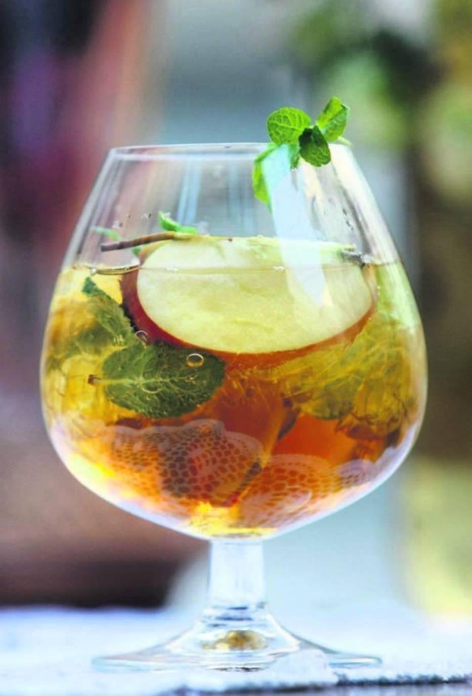 """Jabłko z miętąSkładniki:-sok z jabłek (świeżo wyciskany lub z kartonu), -parę kropel soku z cytryny lub limonki, -listki świeżej mięty, -plasterki jabłkaPrzygotowanie: Do wysokiej szklanki lub, tak jak w przypadku """"Zielonego ogórka"""", do dużego kielicha, wrzucamy parę listków mięty i lekko je rozgniatamy"""