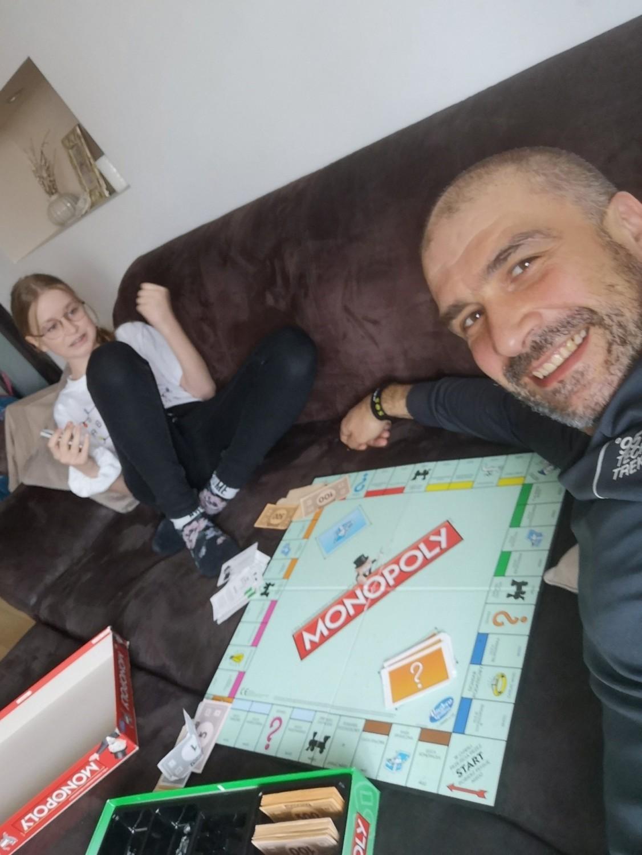Martynka Andrzejewicz z tatą gra w Monopoly