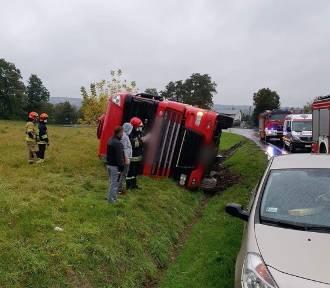 Wypadek na DK 7 pod Krakowem, tir wywrócił się w rowie