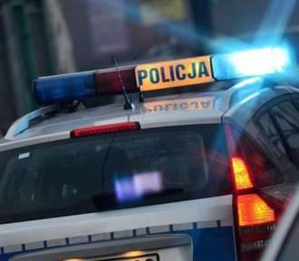 Rozbity mercedes w Dąbrowie Górniczej. Kierowca wjechał w znak drogowy i światła