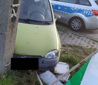 Pijany kierowca uderzył w słup w Bełchatowie i uciekł. Nie miał prawa jazdy...
