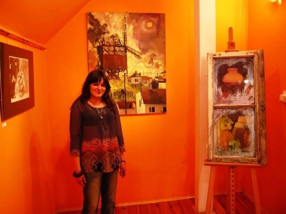 Karolina Rosińska prezentująca swe prace w Radziejowskim Domu Kultury