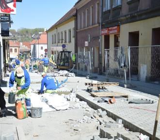 Bochnia. Rewitalizacja centrum, trwa układanie kostki na ulicach Wolnica i Mickiewicza [ZDJĘCIA]