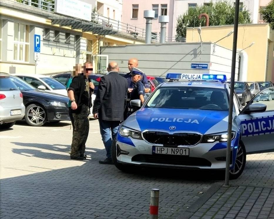 Samochód dostawczy oklejony drastycznymi zdjęciami odjechał we wtorek spod opolskiego szpitala ginekologiczno-położniczego