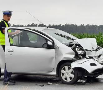 Wypadek w Dębe pod Kaliszem. Kierująca toyotą uderzyła w ciężarówkę. ZDJĘCIA