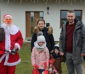 W Borucinie w gminie Stężyca Mikołaj odwiedzał dzieci na ich posesjach