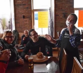 Otwarcie restauracji w Nowym Tomyślu: owacje dla policjantów, wygwizdany sanepid