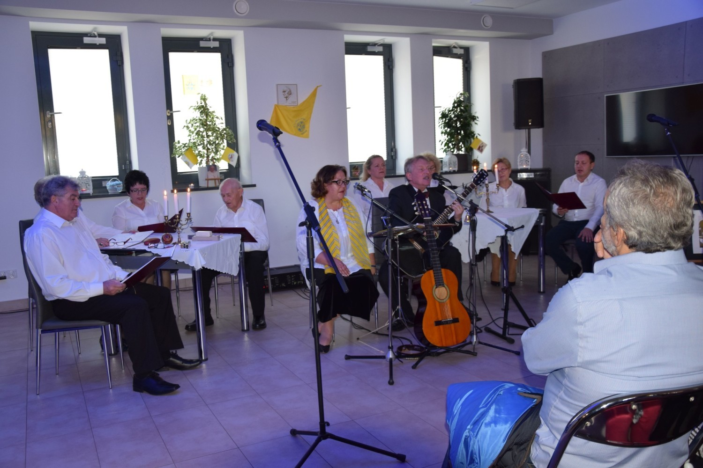 Słowno-muzycznym spektaklem członkowie grupy artystycznej Scena Marzeń, działającej od niedawna w Ośrodku Dziennego Pobytu Niezapominajka w Ciechocinku uczcili 39