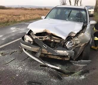 Wypadek na trasie Szamocin - Białośliwe. Samochód osobowy uderzył w drzewo (FOTO)