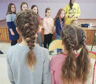 KOBYLIN: Uczennice szkoły branżowej urządziły pokaz fryzjerski