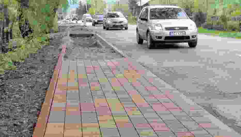 Przy głównej drodze w pierwszej kolejności powstają chodniki